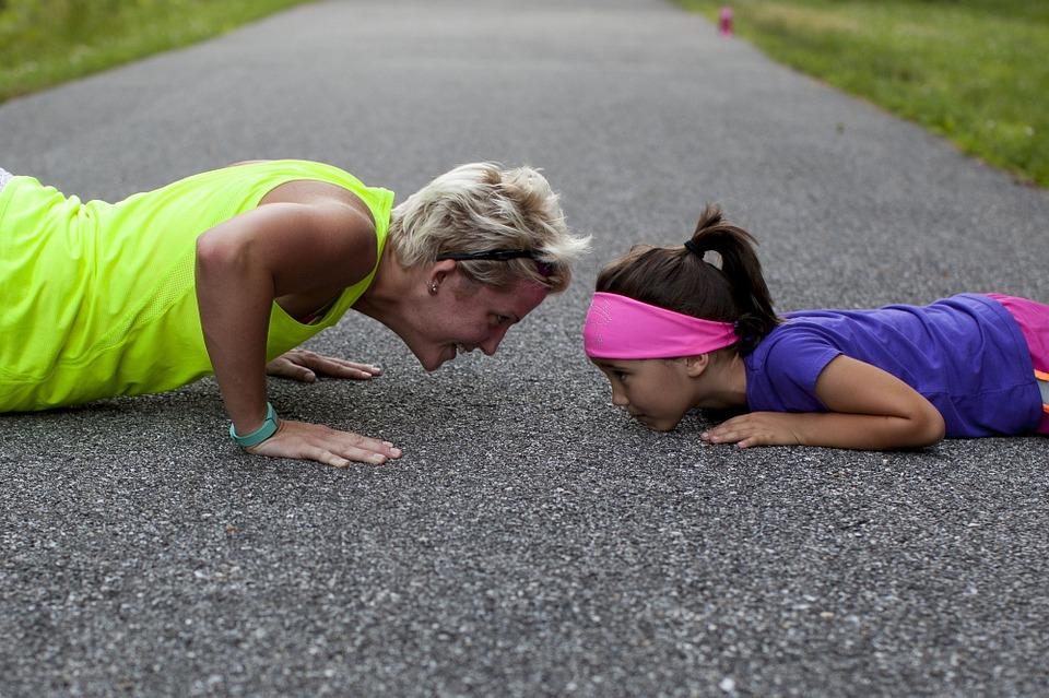 madre e hija entrenando